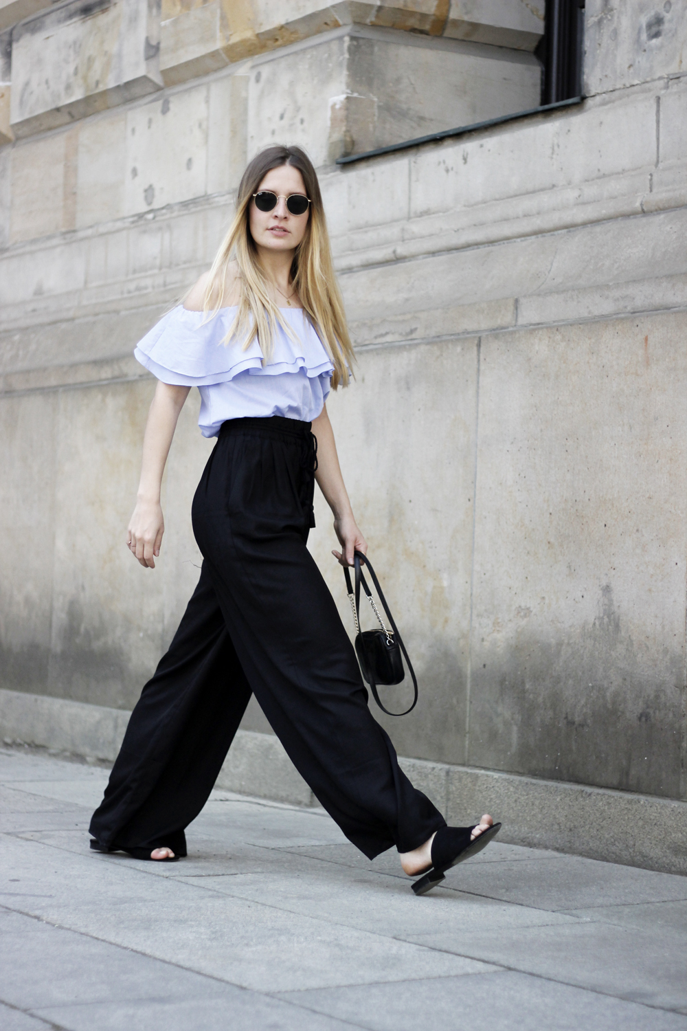 romina-mey-streetstyle-Off-Shoulder-Blouse-walk