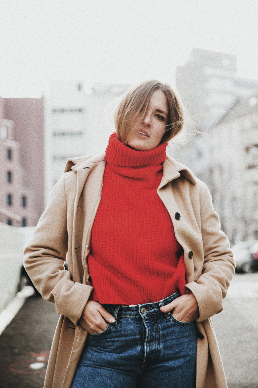 romina-mey-streetstyle-outfit-roter-pullover-portrait