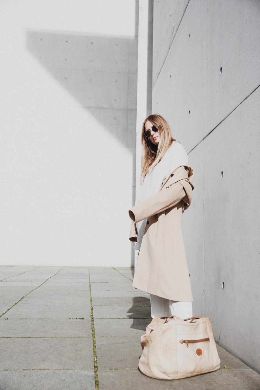 streetstyle-fashionblogger-camel-coat-romina-mey-pose