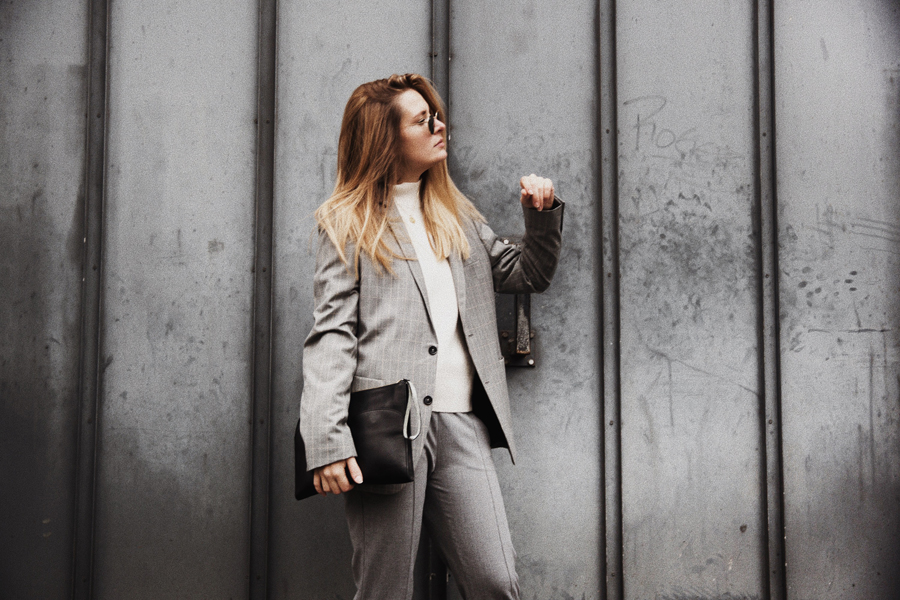 Outfit-fashionblogger-rominamey-suit-hair-pose