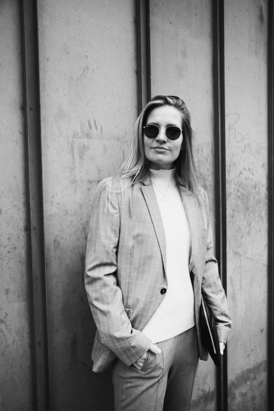 Outfit-fashionblogger-rominamey-suit-portrait-smile
